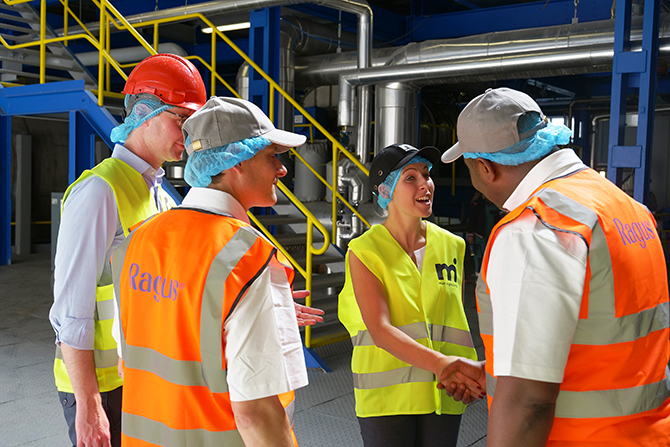 Ragus Quality Manager shaking hands with partner in the food and beverage industry